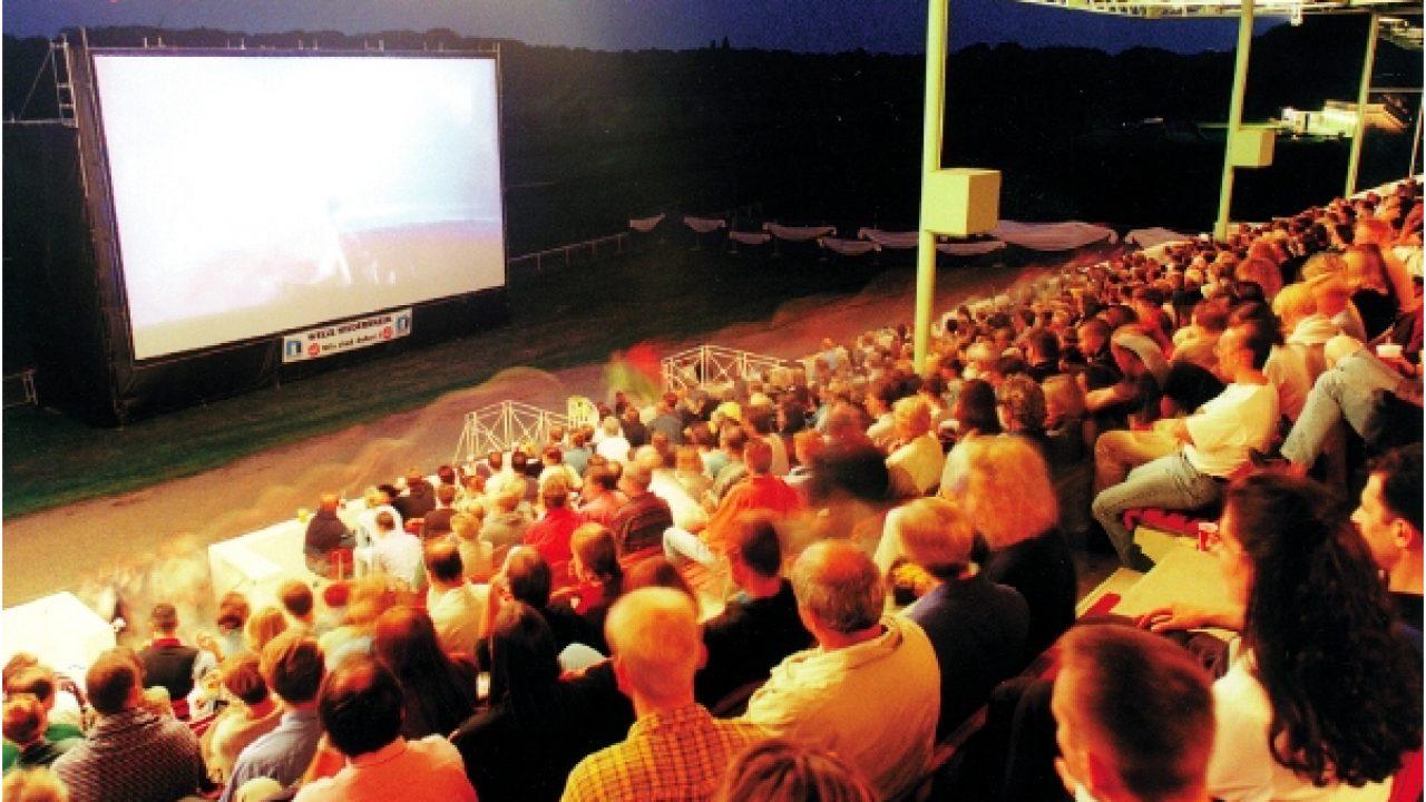 Blick von der Tribüne beim SWK Open Air Kino in Krefeld