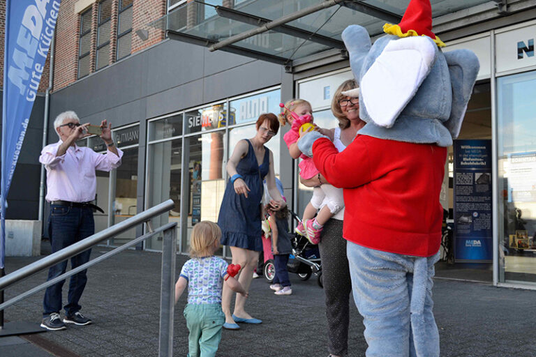 familienfest mit elefant und luftballons • cgw gmbh